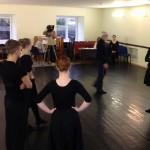 Vilniaus kolegijos Menų ir kūrybinių technologijų fekulteto šokio pedagogikos studentai atidžiai klausosi doc. V.Paukštės pastabų